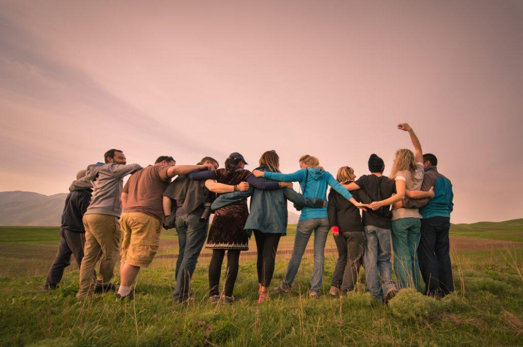 Groupe d'amis heureux et en bonne santé mentale